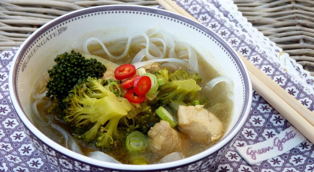 Asia Gemüsesuppe mit scharfem Hähnchenfleisch