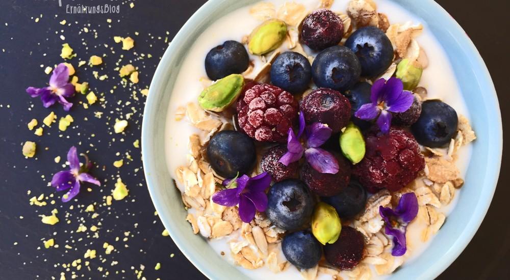Breakfastbowl mit Blaubeeren, Brombeeren und Pistazien