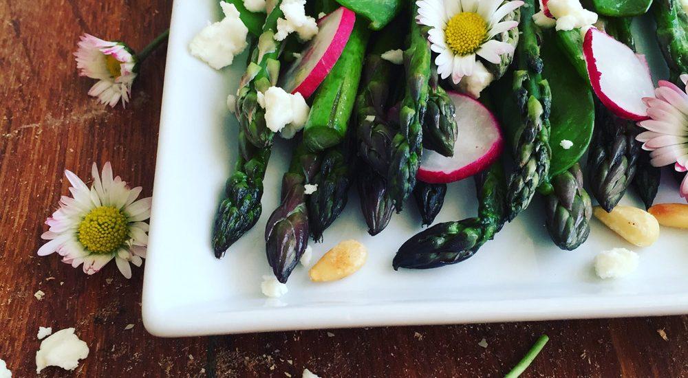 Salat von grünem Spargel, Radieschen und Zuckerschoten