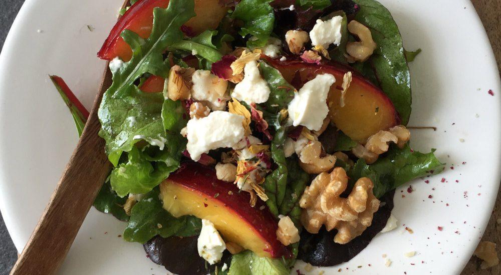 Salat mit karamellisierten Nektarinen und Walnüssen