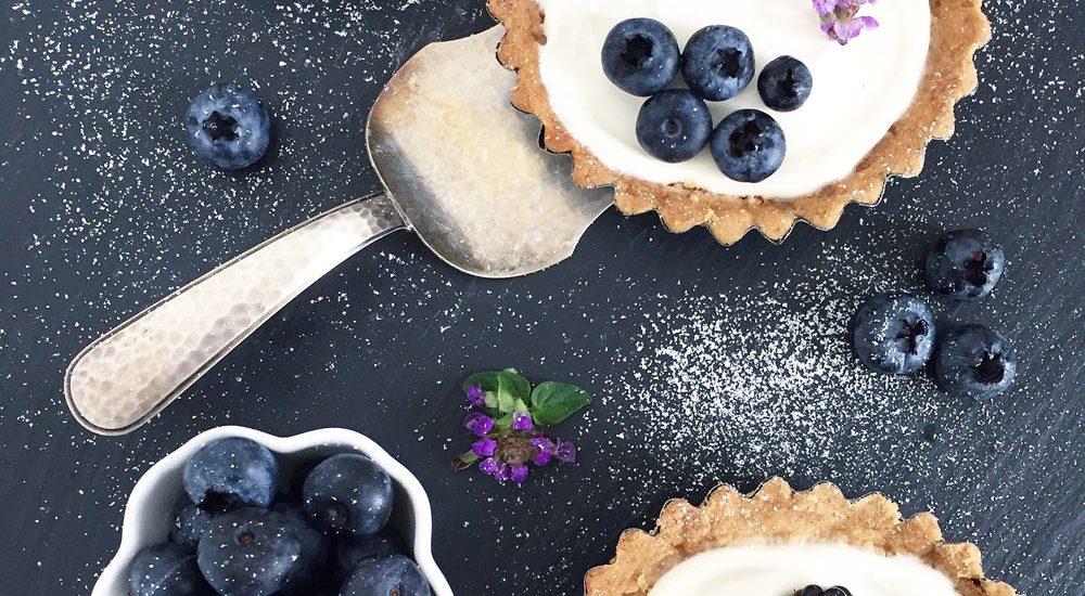 Tartelettes mit Vanillecreme und dunklen Beeren
