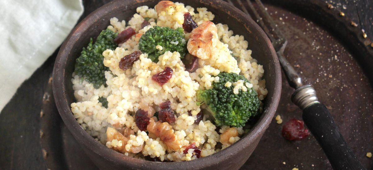 Brokkoli-Hirse-Salat mit Walnüssen und Cranberries